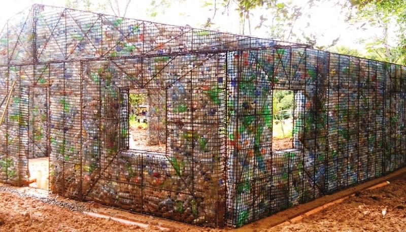 A ecovila onde todas as casas são construídas com garrafas PET 2