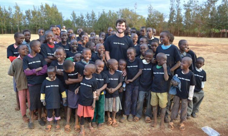 A cada peça de roupa comprada, você ajuda uma criança pobre do mundo 2