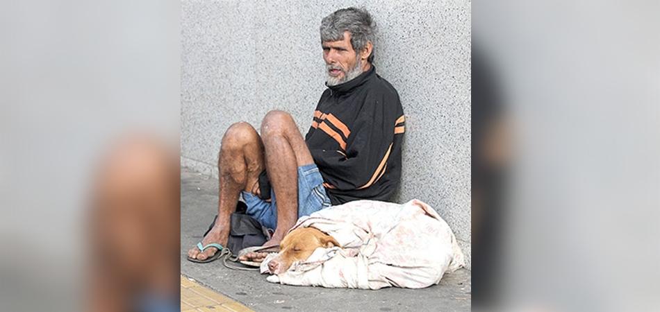 Morador de rua dá seu único cobertor para o amigo cachorrinho que passava frio 1