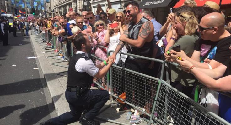 Policial pede namorado em casamento no meio da Parada do Orgulho LGBT em Londres 1