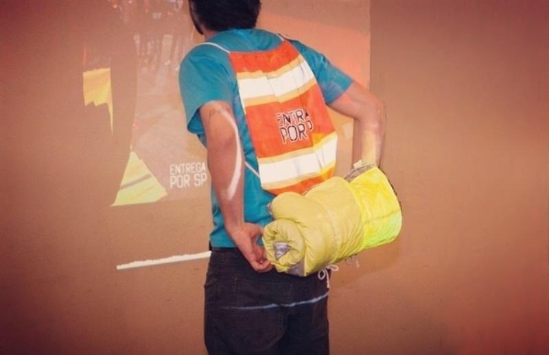 Projeto quer distribuir cobertores impermeáveis (acoplados a mochilas) para moradores de rua 12