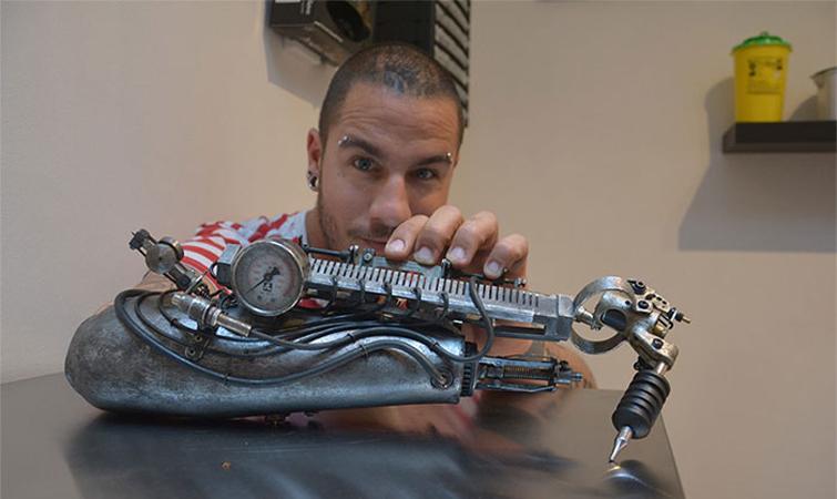 Tatuador que perdeu o antebraço ganha a primeira prótese com máquina para tatuar 1