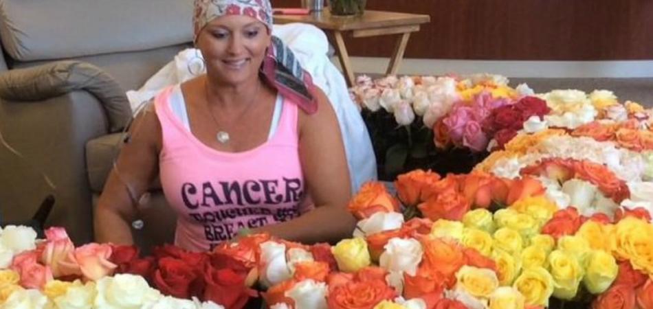 Em seu último dia de quimioterapia, mulher é surpreendida com 500 flores coloridas por seu marido 1