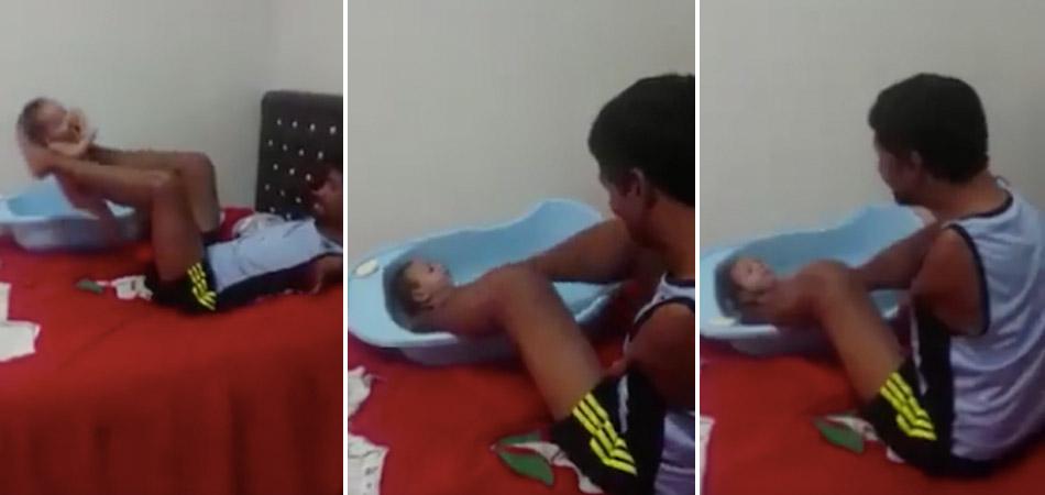 Pai que não tem os braços utiliza as pernas para banho em seu filho, tudo com muito amor 2