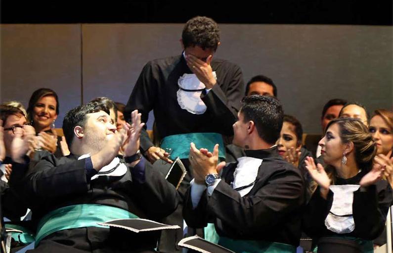 Ex-cortador de cana se forma em medicina e não segura a emoção no Recife 1