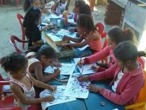 Crianças brincam e também participam de atividades (Foto: Projeto Tia Celina/Divulgação)