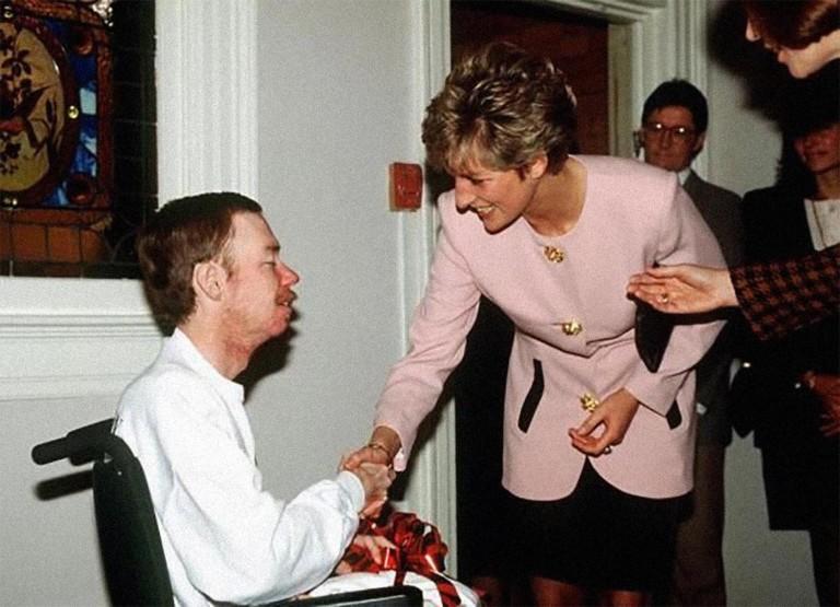 Em 1991, Diana cumprimentou, sem luvas, um paciente soropositivo