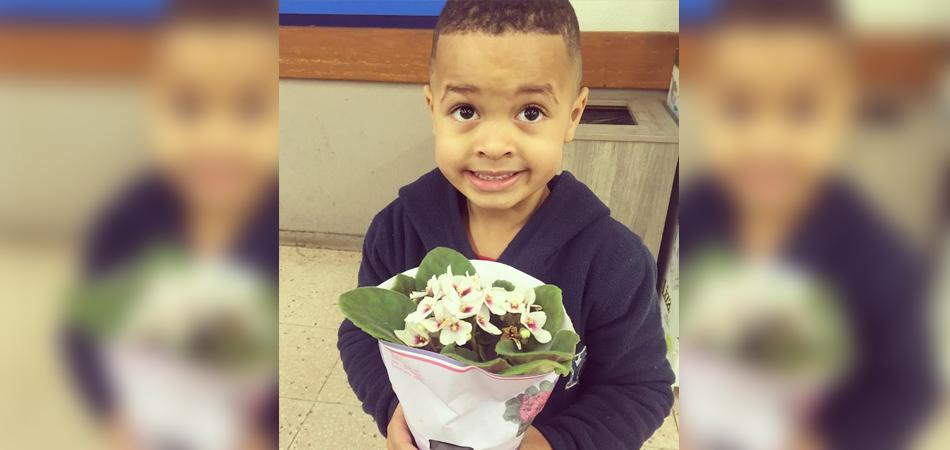 Mãe faz filho se desculpar e levar flores para coleguinha após empurrão 2