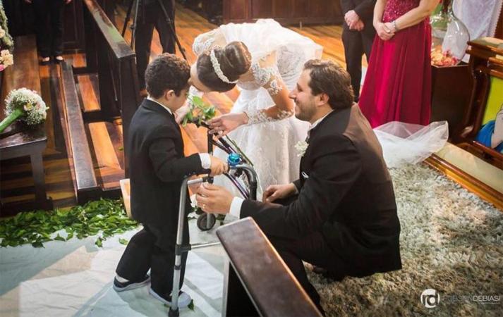 Menino com paralisia cerebral emociona como noivinho em casamento [VÍDEO] 1