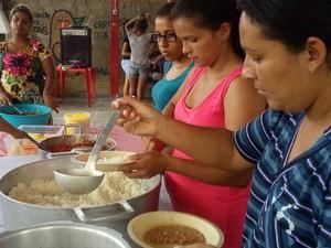 Projeto conta com ajuda de voluntários e doações para refeições (Foto: Projeto Tia Celina/Divulgação)