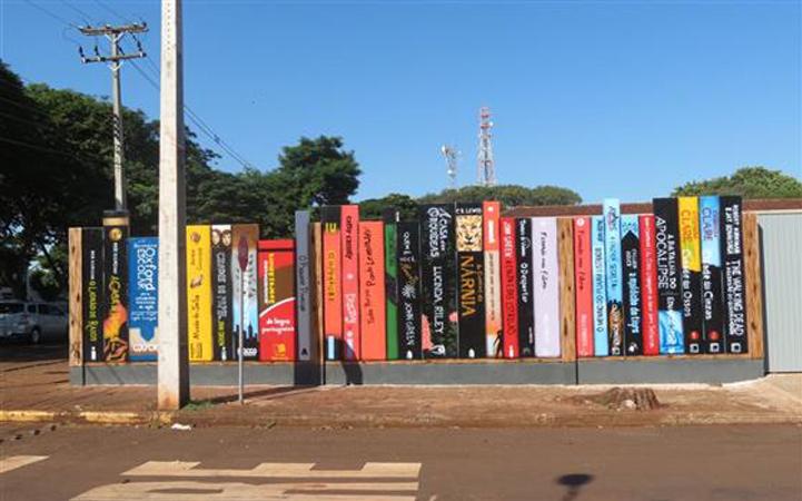 Colégio no Paraná constrói muro na forma de livros 1