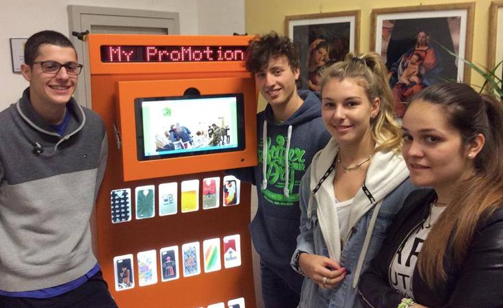 Estudantes italianos criam máquina que faz capinhas para celulares com plástico reciclado 1