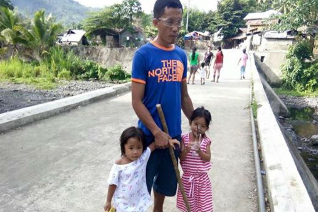 Menina de cinco anos leva o pai cego para o trabalho todos os dias 1
