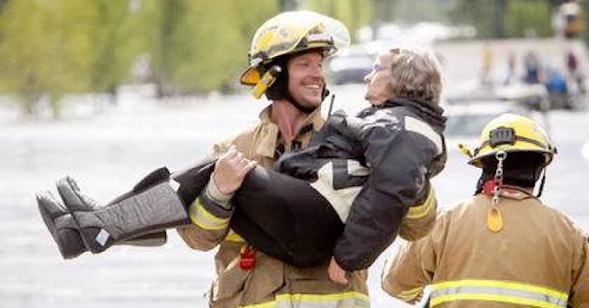 Bombeiro pega idosa nos braços durante resgate e a reação dela não podia ser mais hilária 1