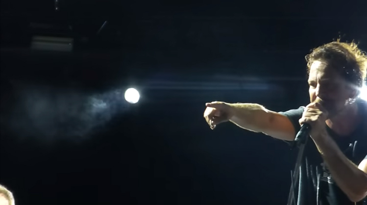 Eddie Vedder interrompe show para expulsar homem que agredia mulher 2