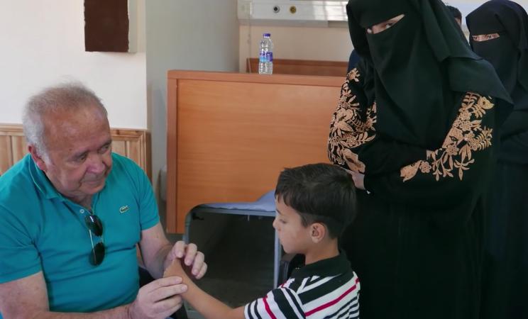 Médico brasileiro viaja pelo mundo operando mãos de crianças vítimas de guerras e conflitos 1