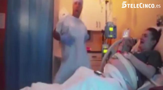Homem se fantasia de enfermeira e faz esposa sorrir antes do parto 1