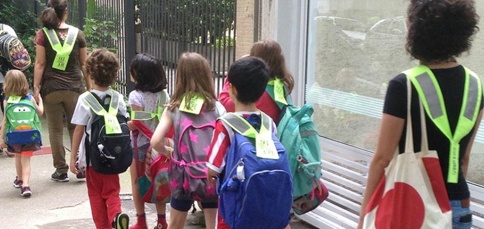 Crianças, pais e professores se unem em projeto de carona a pé 5
