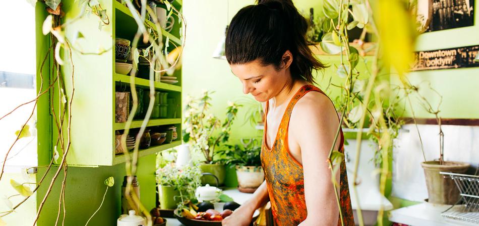 Mulher transforma seu apartamento em uma floresta com 500 plantas exuberantes 1