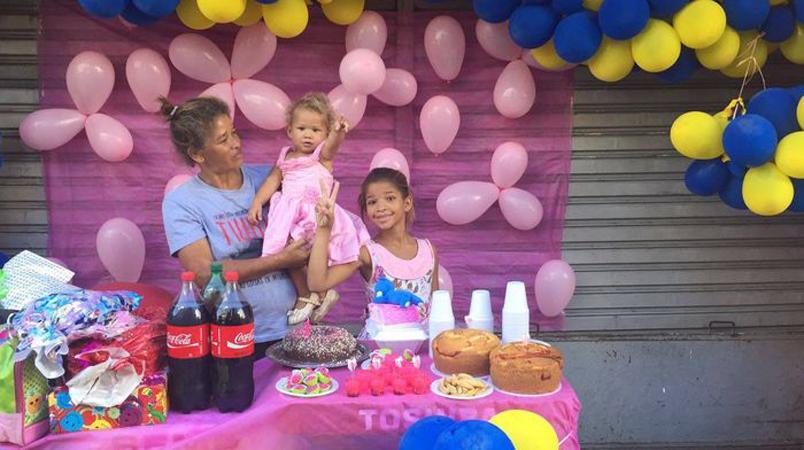 Comerciantes fazem festa de aniversário para filha de moradora de rua em Maceió 1