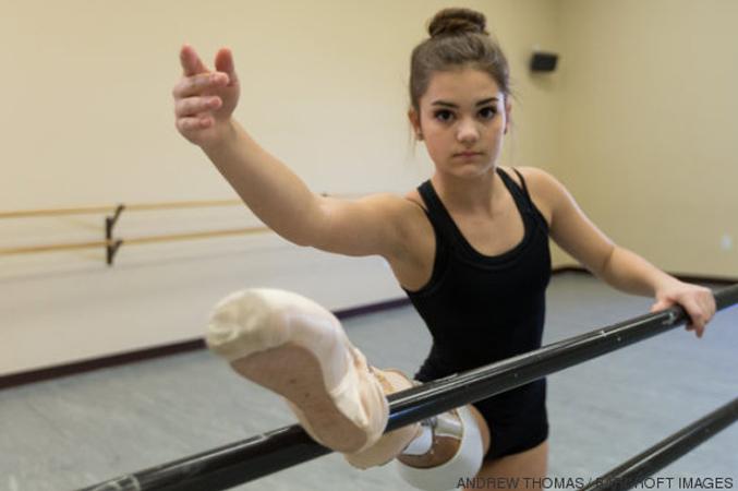 Bailarina que teve perna amputada volta a dançar e inspira outros jovens 2