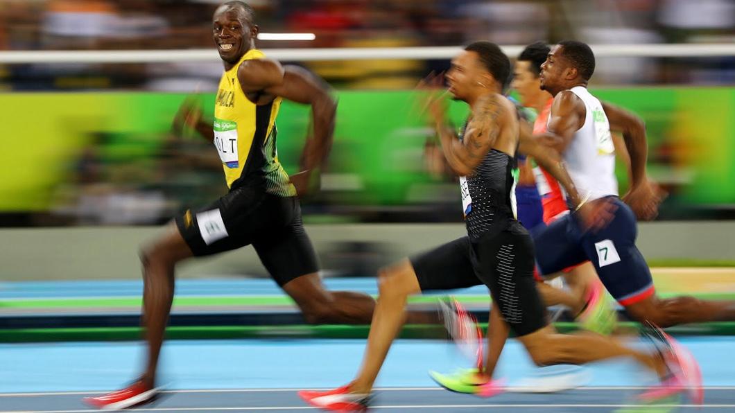 """Usain Bolt sorri e faz """"joinha"""" na prova dos 100 metros rasos e quebra a internet 1"""