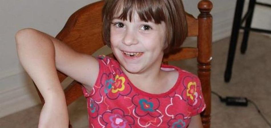 Mãe faz apelo nas redes sociais e recebe 157 camisetas iguais para a filha autista 7