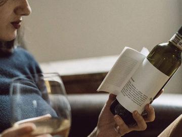 Estas garrafas tem pequenas histórias no rótulo para ler enquanto você aprecia o vinho 1
