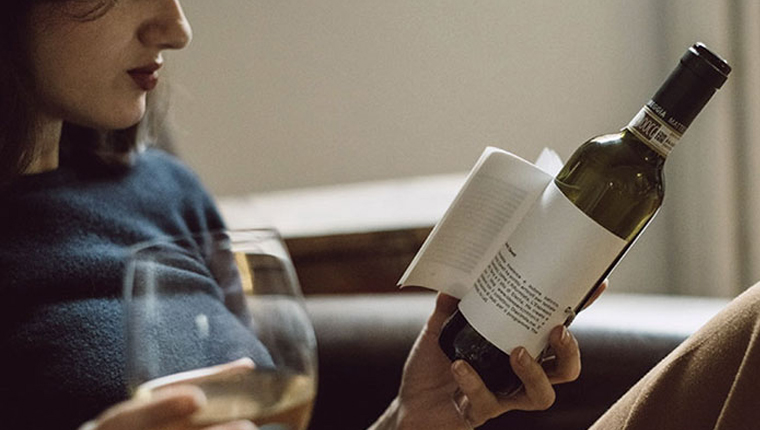 Estas garrafas tem pequenas histórias no rótulo para ler enquanto você aprecia o vinho 2