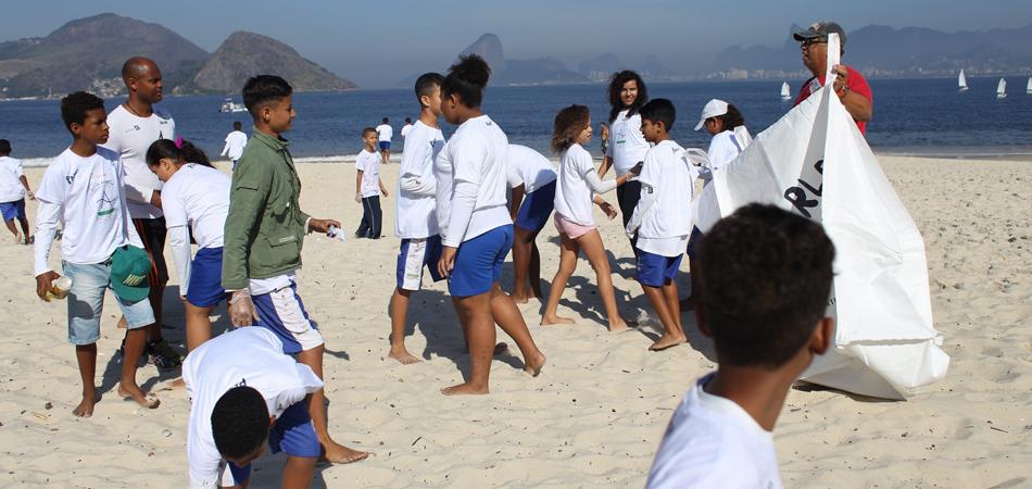 Iniciativa: Crianças limpam praia na Baia de Guanabara 1
