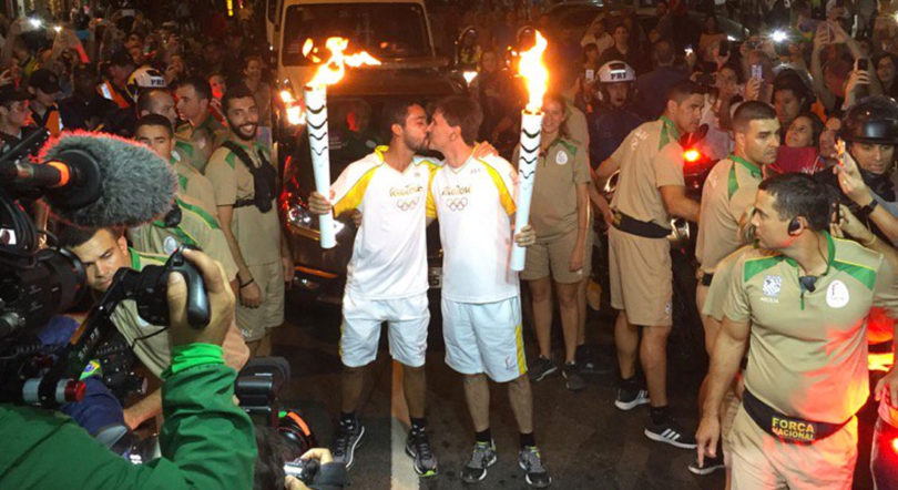 Teve beijo gay no revezamento da tocha olímpica no Rio! 1