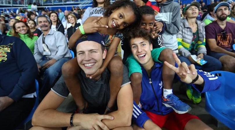 Estrangeiros levam cem crianças de comunidade para assistir a competições da Olimpíada 2