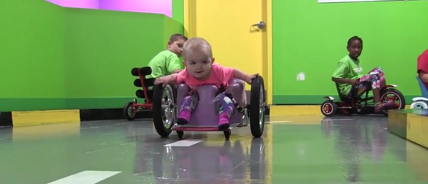 Pais criam cadeirinha de rodas caseira para filha de 1 ano ter mais liberdade 2
