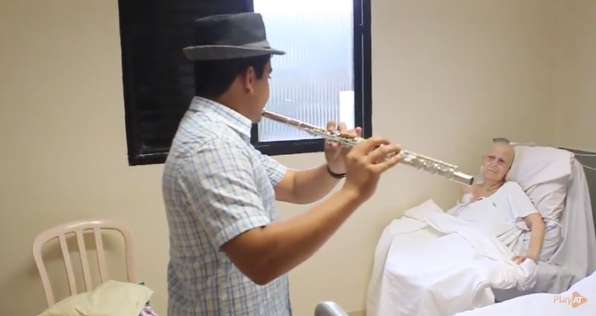 Flautista de 15 anos alegra e emociona pacientes idosos internados em UTI 1