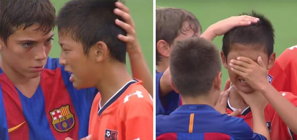 Jovens jogadores da Espanha consolam adversários japoneses após derrota 2