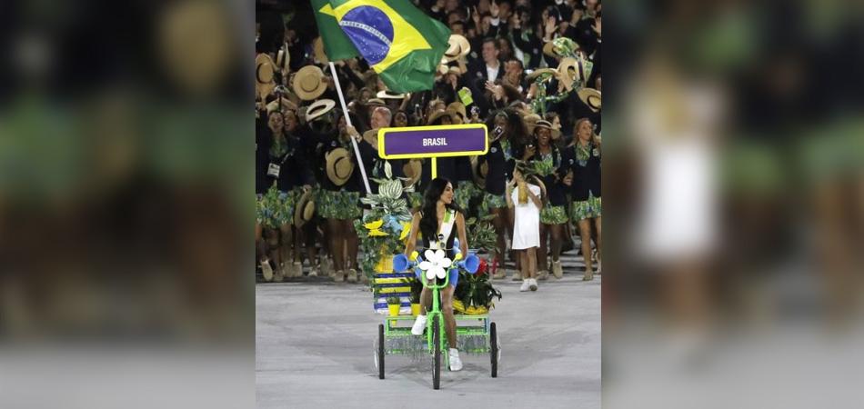Modelo transexual Lea T puxa a delegação brasileira no desfile da cerimônia de abertura 1