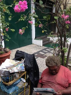 Moradora de rua conhecida como Laura, em um dos lugares que costumava ficar em Botafogo (Foto: Amanda Prado/TV Globo)