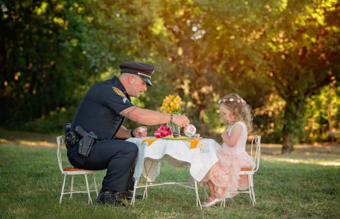 Menina de 2 anos convida para um chá o policial que salvou sua vida 2