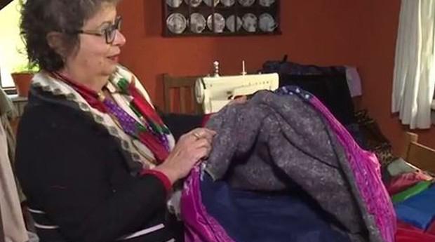 Senhora transforma guarda-chuvas quebrados em sacos de dormir para os sem-teto 1
