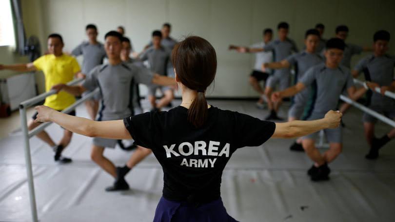 size_810_16_9_soldados-da-coreia-do-sul-praticam-bale-1
