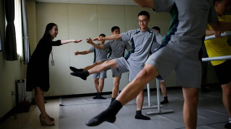 size_810_16_9_soldados-da-coreia-do-sul-praticam-bale-8