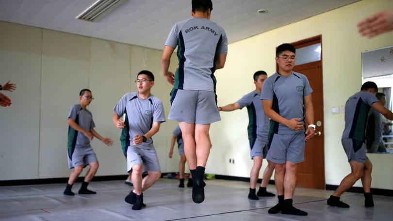 size_810_16_9_soldados-da-coreia-do-sul-praticam-bale