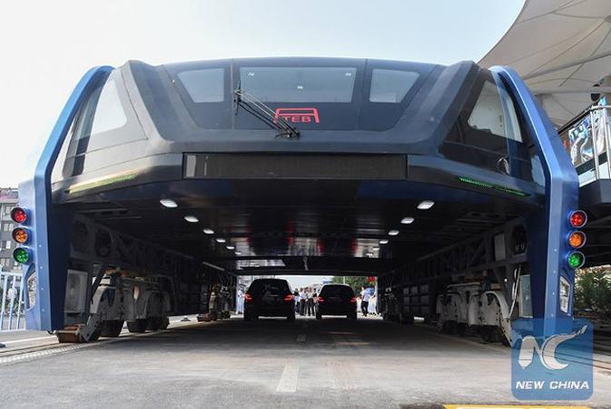Ônibus que anda sobre carros começa a operar na China 1
