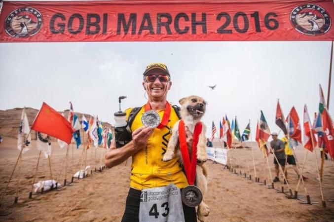 Corredor de ultramaratona adota cachorrinha que correu com ele 123 quilômetros 1
