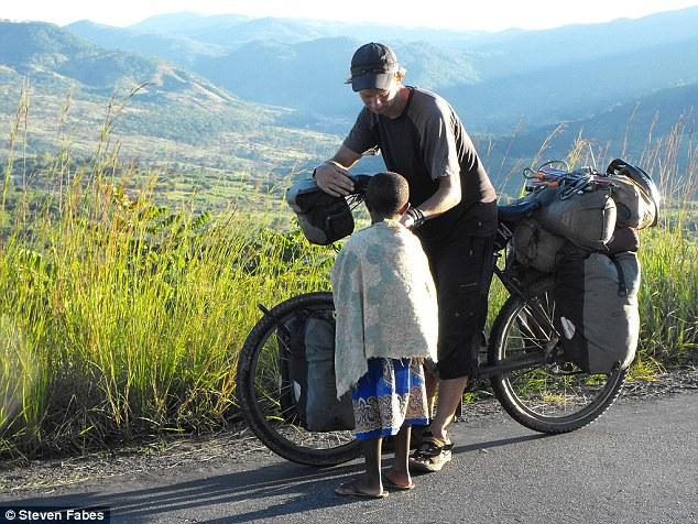 Médico percorreu 73 países a bordo de sua bicicleta para tratar de pessoas doentes 1