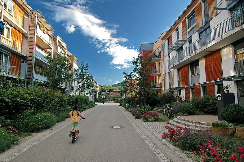 Bairro alemão gera energia, capta energia da chuva, recicla resíduos e quase não tem carros nas ruas 1