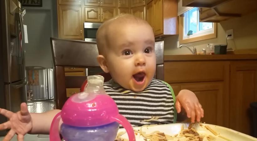 """Bebê aprende a sorrir como um """"diabinho"""" e o resultado não poderia ser mais divertido 1"""