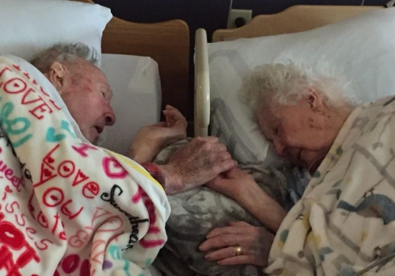 Após 77 anos casados, casal passa os últimos momento da vida de mãos dadas 2