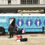 Projeto transforma ônibus parados em banheiros para moradores em situação de rua 3