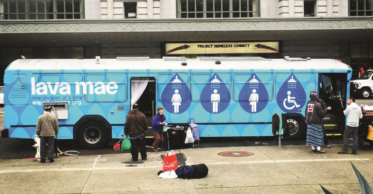 Projeto transforma ônibus parados em banheiros para moradores em situação de rua 1